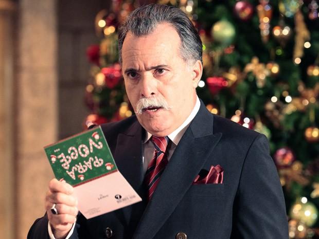 Otávio lê o cartão e descobre o plano de Charlô (Foto: Guerra dos Sexos / TV Globo)