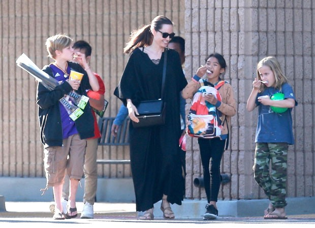 Angelina Jolie com as filhas Shiloh e Vivienne (Foto: The Grosby Group)