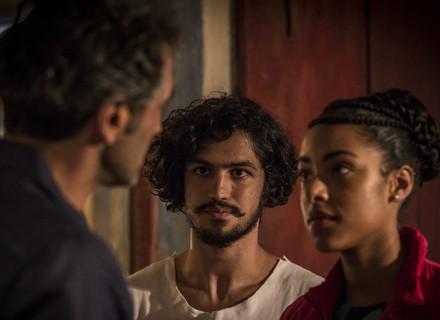 Sophie vai atrás de Miguel, causa espanto e conhece Olívia