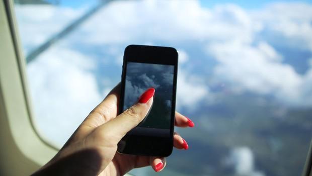 Celular no avião ; celular a bordo ;  (Foto: Reprodução/Facebook)