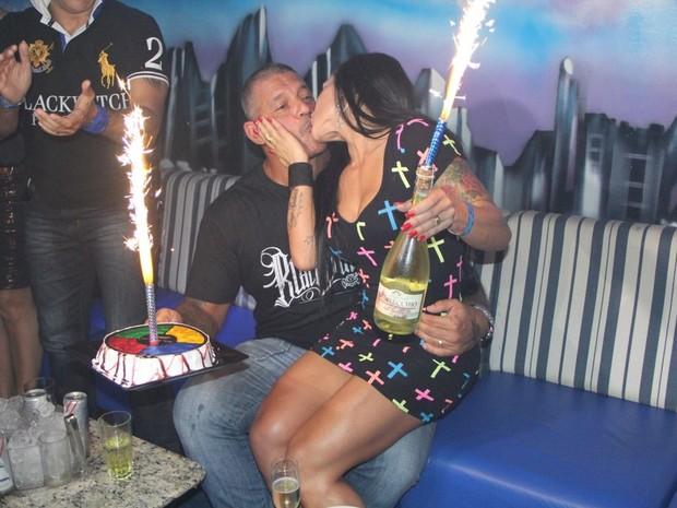 Alexandre Frota coemora seu aniversário com a mulher, Fabiana, em boate em São Paulo (Foto: Rodrigo dos Anjos/ Ag. News)
