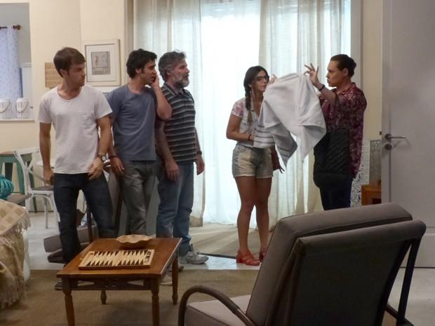 Tina arranca a toalha de César e ele foge nú (Foto: Gshow)