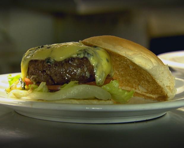 O delicioso hamburguer de Sakamoto (Foto: Caldeirão do Huck/TV Globo)