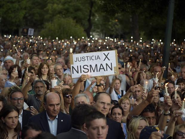 Pessoas caminham com velas e cartazes pedindo justiça pela morte do promotor Alberto Nisman (Foto: Eitan Abramovich/AFP)