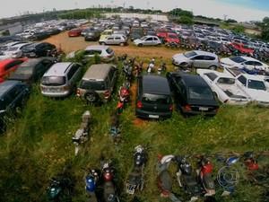 Pátio de veículos apreendidos da Polícia Civil de Goiás, em Goiânia (Foto: Reprodução/TV Anhanguera)