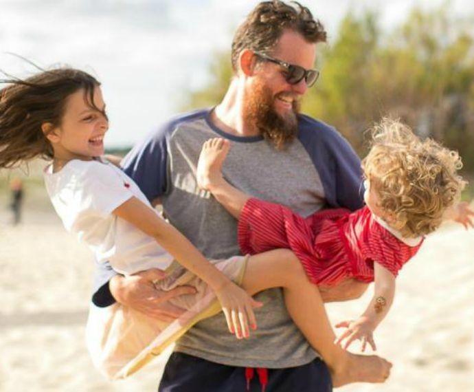 Marcos Piangers com as filhas Anita e Aurora (Foto: Giselle Sauer/Divulgação)