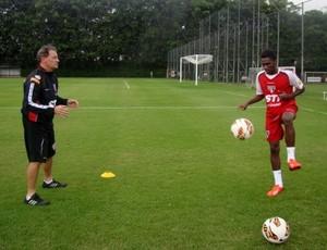 Negueba treina no São Paulo (Foto: Divulgação / Site Oficial do São Paulo)