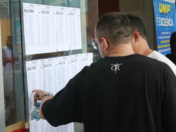 Muitos canddatos chegaram cedo ao local de prova (Foto: Marcos Dantas/G1 AM)