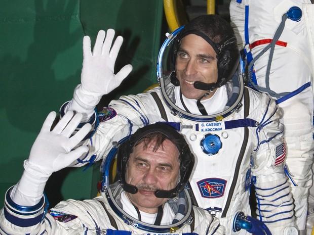 O foguete russo Soyuz foi lançado nesta quinta-feira (28) do cosmódromo russo de Baikonur, no Cazaquistão, para levar dois russos e um americano à Estação Espacial Internacional (ISS, na sigla em inglês) em um tempo recorde, constatou um fotógrafo da AFP. Os cosmonautas Pavel Vinogradov e Alexandre Misurkin e o astronauta Christopher Cassidy partiram às 02h43 de sexta-feira (17h43 de quinta-feira) e devem chegar à ISS após pouco menos de seis horas de voo, seguindo um procedimento novo, contra os dois dias que eram necessários até agora. (Foto: AFP)