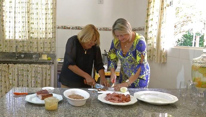 Dona Tânia e Dona Tina, as mães de Munhoz e Mariano cozinhando para o Meu Mato Grosso do Sul (Foto: Reprodução/ Meu MS)