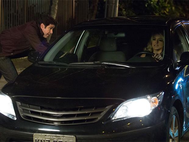 Magnata tenta impedir a mulher de sair dirigindo, mas não consegue (Foto: Fábio Rocha/TV Globo)