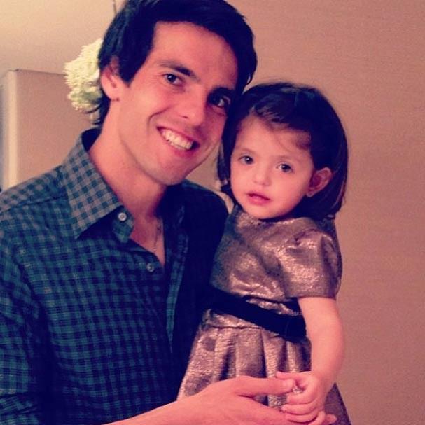 Isabella no colo do papai Kaká durante as comemorações (Foto: Reprodução/Instagram)