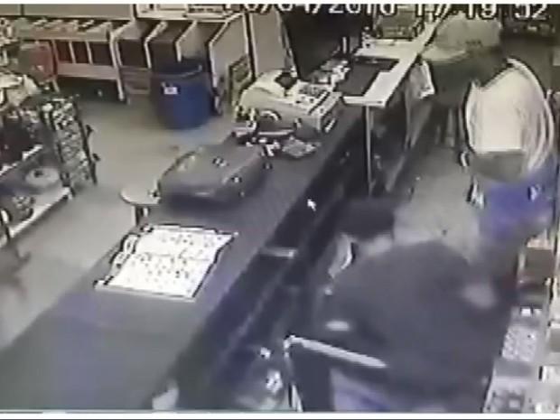 Comerciante é jogado no chão durante assalto em Pinhalzinho (Foto: Reprodução/ EPTV)