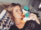 Longe do namorado, Fiorella Mattheis beija pato de pelúcia