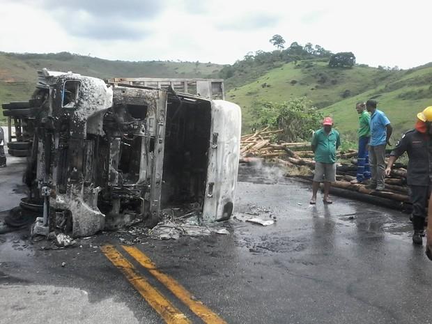 Carreta ficou incendiada após tombar no entrocamento de acesso ao município Ataléia. (Foto: Cristiano Dias/Inter TV dos Vales)