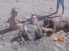 Tom Brady mostra vídeo em que é enterrado na areia pelos filhos