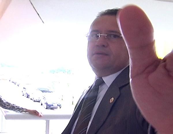 Stênio Rezende tenta evitar ser gravado quando questionado sobre a resolução legislativa (Foto: Reprodução/TV Mirante)