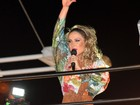 Com vestido de fenda, Claudia Leitte comanda bloco em Salvador