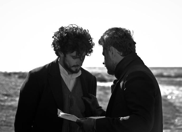 Na Patagônia, Selton e Renato ensaiam o texto antes de entrar no set (Foto: Gabriel Nascimento/Gshow)