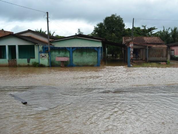 Rios de RO transbordam novamente e moradores têm que deixar casas (Foto: Magda Oliveira/G1)