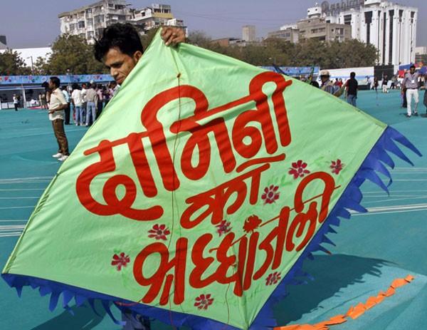 Uma das pipas presentes no festival internacional indiano homenageia a vítima que morreu por estupro coletivo, em dezembro. (Foto: Ajit Solanki/AP Photo)
