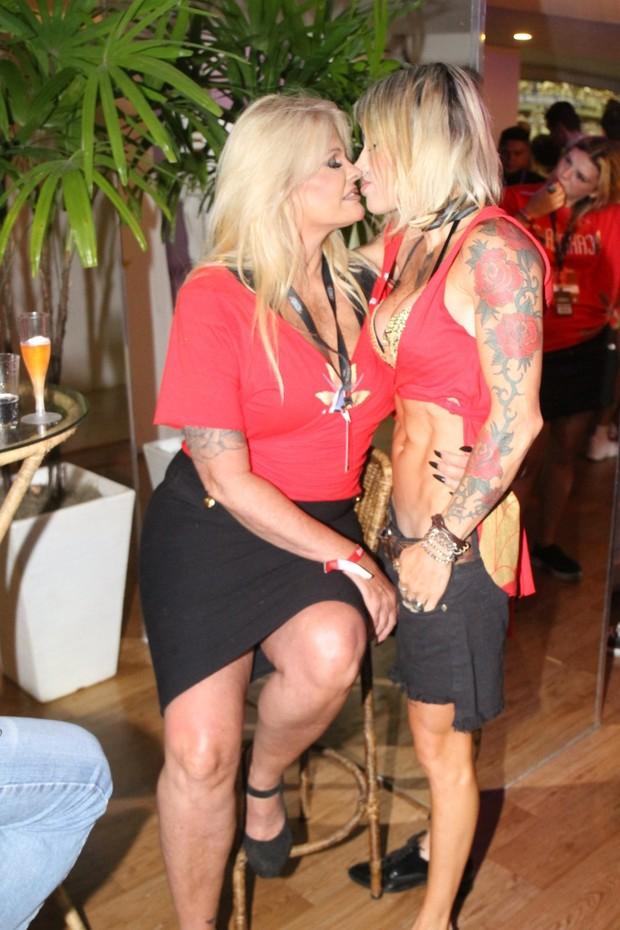 Monique Evans beija a namorada (Foto: Daniel Delmiro/AgNews)
