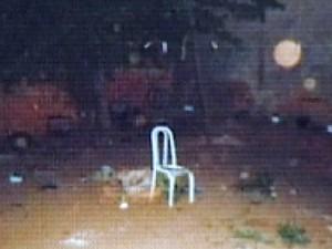 Cadeira branca foi colocada no meio do quintal onde refém ficou (Foto: Reprodução / TV Tem)