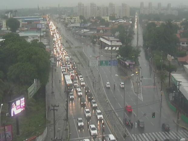 Avenida Washington Soares próximo a Seis Bocas trânsito também ficou congestionado. Veículos trafegam lentamente (Foto: Reprodução/TV Verdes Mares)