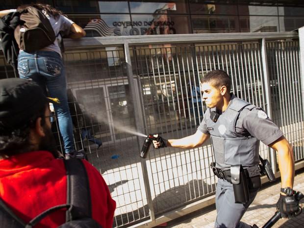 Policial militar joga spray de pimenta para tentar evitar que estudantes entrem no Centro Paula Souza (Foto: Paulo Ermantino/Raw Imagens/Estadão Conteúdo)