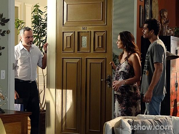 A princípio, Juliana e Jairo não gostam nada da visita do Dr. Gustavo (Foto: Em Família / TV Globo)
