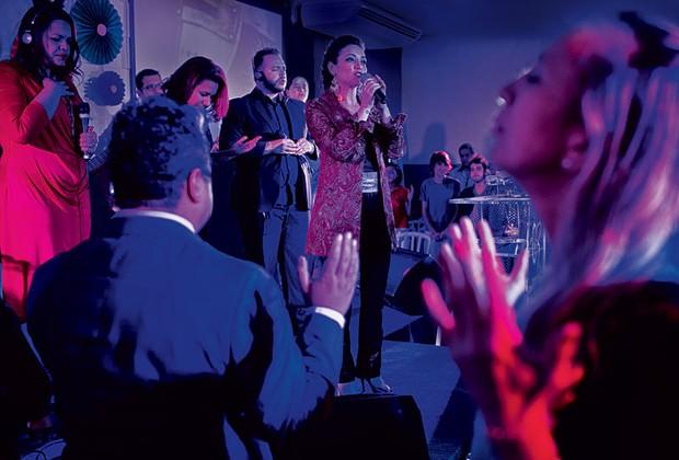 Em noite de culto na Avenida São João, em São Paulo, Rosania canta para os fiéis (Foto: Lalo de Almeida / Marie Claire)