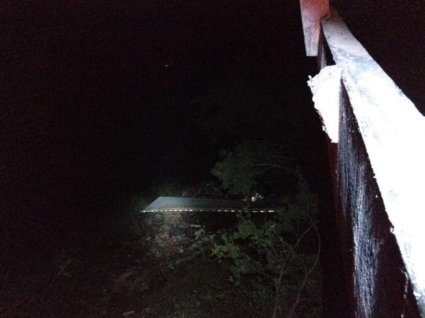 Condutor da carreta caiu em uma ribanceira de 40 metros. (Foto: Corpo de Bombeiros/Divulgação)