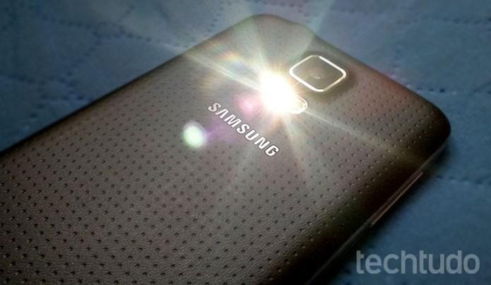 Uma forma prática é usar a iluminação do flash do celular (Foto: Barbara Mannara/TechTudo)