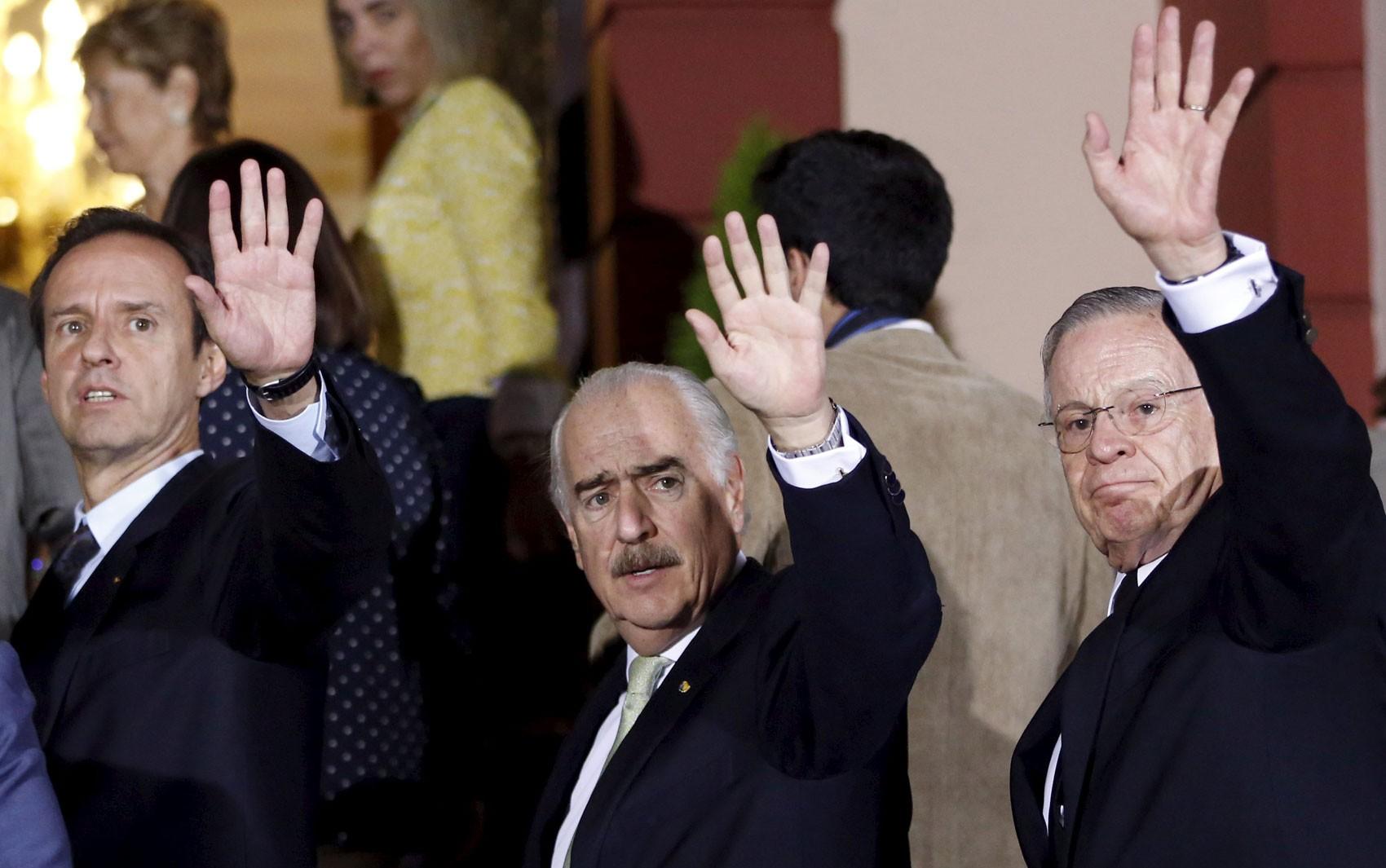 Os ex-presidentes da Bolívia, Jorge Quiroga, Colômbia, Andres Pastrana, e da Costa Rica, Miguel Angel Rodriguez, acenam para repórteres em Caracas, na Venezuela, no sábado (5) (Foto: Reuters/Carlos Garcia Rawlins)