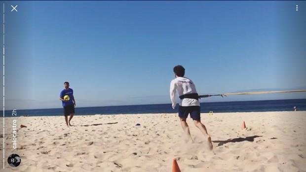 Caio Castro na praia (Foto: Reprodução/Instagram)