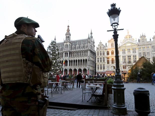 Soldado patrulha grande praça no centro de Bruxelas   (Foto: Francois Lenoir/Reuters)