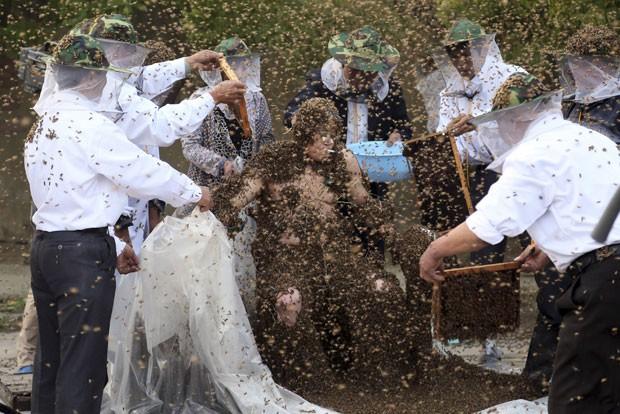 Gao Bingguo cobriu seu corpo com 326 mil abelhas (Foto: Reuters)