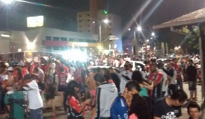 Joinville torcedores comemoram troféu (Foto: Cristiano Zero/RBS TV)