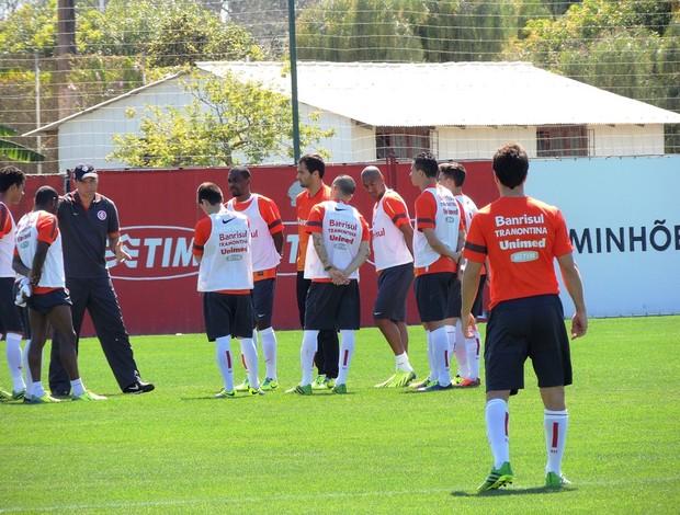 Clemer conversa com titulares do Inter, enquanto Scocco observa (Foto: Tomás Hammes / GLOBOESPORTE.COM)