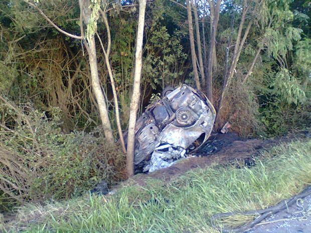 Carro ficou destruído após a colisão (Foto: João Laud/RBS TV)