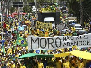 Manifestação contra o governo de Dilma Roussef e em favor do Impeachment na Avenida Boa Viagem, zona sul do Recife, neste domingo, dia 16 (Foto:  Peu Ricardo/Estadão Conteúdo)