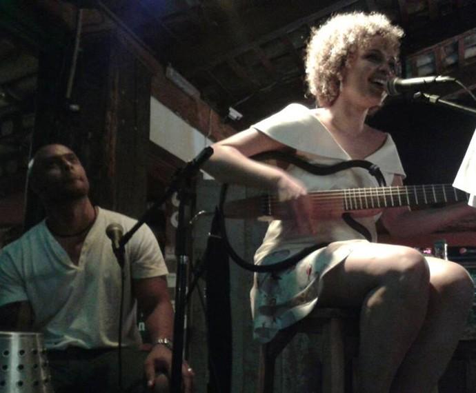 Júlia Rocha dividindo o palco com o marido (Foto: Arquivo pessoal)