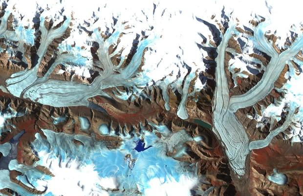 Geleira localizada na Ilha Ellesmere, porção do Ártico no Canadá, em imagem divulgada pela Nasa (Foto: Nasa/METI/Reuters)