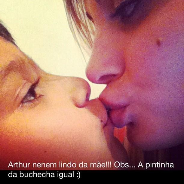 Andressa Urach beija o filho (Foto: Reprodução/Instagram)