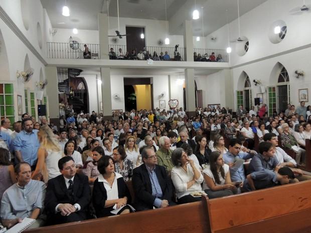 Igreja na Zona Norte do Recife ficou lotada. Guel Arraes, Antônio Campos e Ana Arraes também participaram da celebração (Foto: Katherine Coutinho/G1)