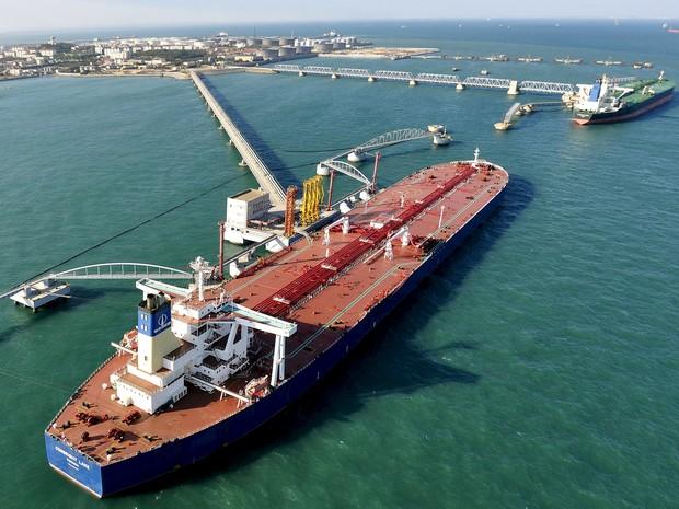 Porto de importação de petróleo em Qingdao, na China (Foto: REUTERS/Stringer/Files)