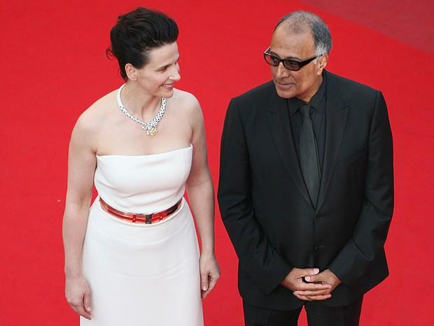 Foto de arquivo de maio de 2010 mostra a atriz francesa Juliette Binoche e o diretor iraniano Abbas Kiarostami na chegada para a cerimônia de encerramento da 63ª Festival de Cannes, na França. Kiarostami morreu aos 76 anos em Paris nesta segunda (4) (Foto: Loic Venance/AFP/Arquivo)