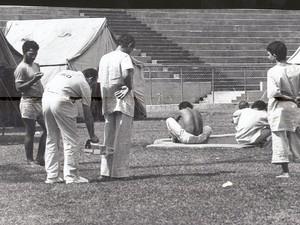 Pessoas contaminadas por césio-137 acampadas no Estádio Olímpico em Goiânia, Goiás (Foto: Yoshikazu Maeda/O Popular)