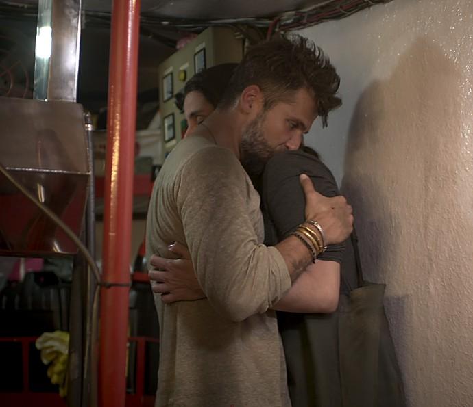 Mario e alice se abraçam após ele salvar a amiga (Foto: TV Globo)