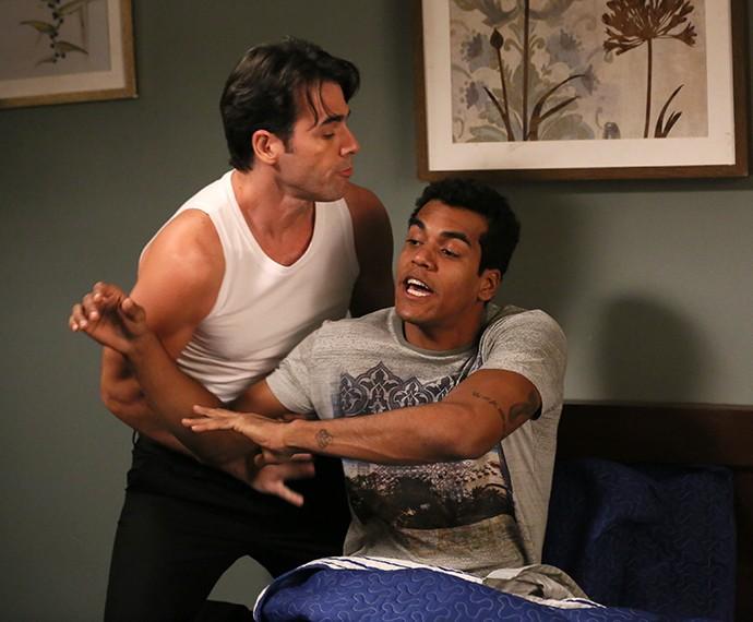 Sérgio tira Ivan da cama à força (Foto: Isabella Pinheiro/Gshow)